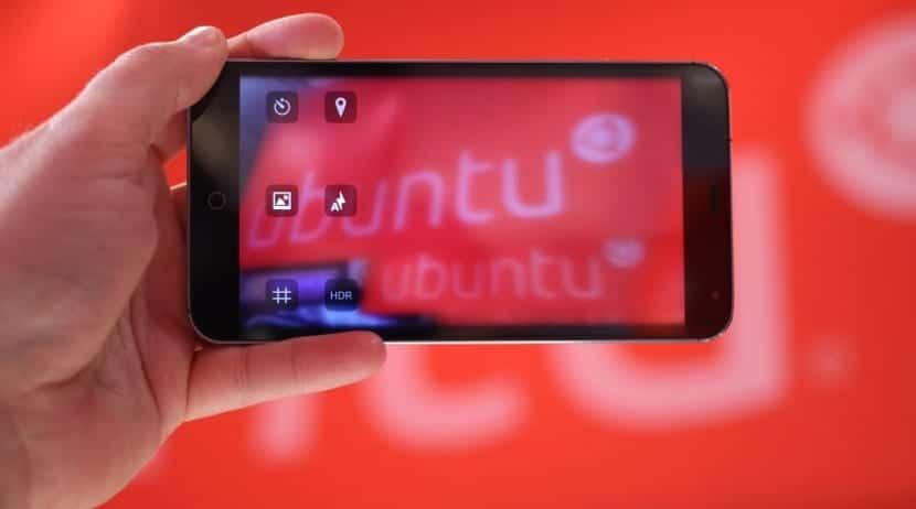 Móvil con Ubuntu Phone.